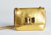 Kožená kabelka malá společenská s řetízkem metalická zlatá